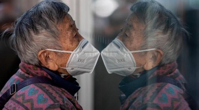 ¿Llevar dos mascarillas protege más contra el coronavirus?