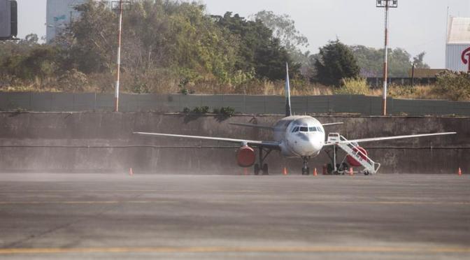 Guatemala cierra aeropuerto por caída de ceniza de volcán