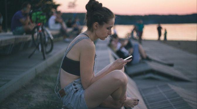 Qué efectos negativos se asocian al uso de los smartphones en jóvenes universitarios