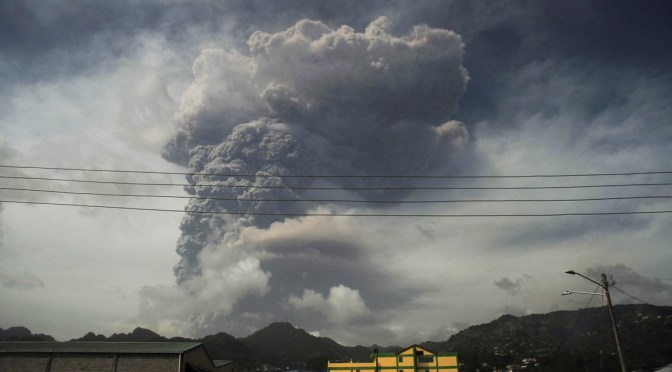 Volcán entra en erupción en San Vicente provocando evacuación masiva