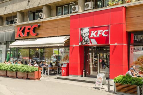 Relajamiento en las restricciones por Covid impulsa las ventas en las cadenas KFC y Pizza Hut