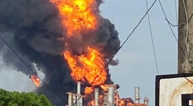 Incendio hace estallar refinería de Pemex en Minatitlán