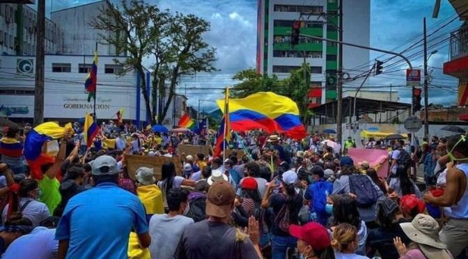 Miles marchan en Colombia mientras presidente insta a rechazar la violencia