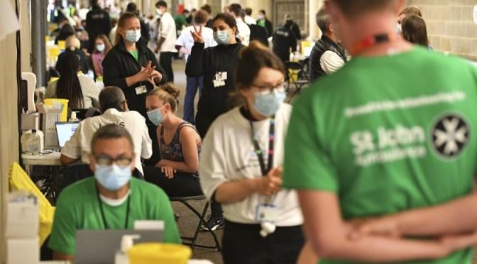 Abren centro de vacunación en estadio de rugby de Londres