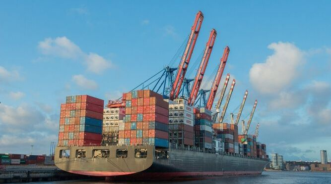 México oscila hacia el superávit comercial en abril impulsado por exportaciones récord