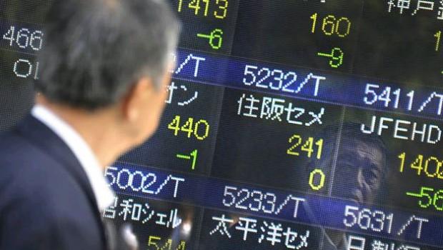 Acciones asiáticas empujan más alto, el dólar se relaja
