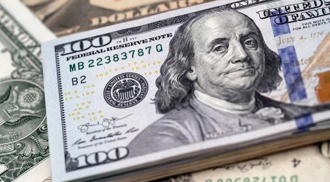 Dólar se mantiene en mínimos de dos meses y media