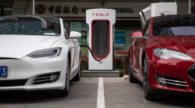 "Tesla ""retira"" vehículos en China para actualización de software en línea"