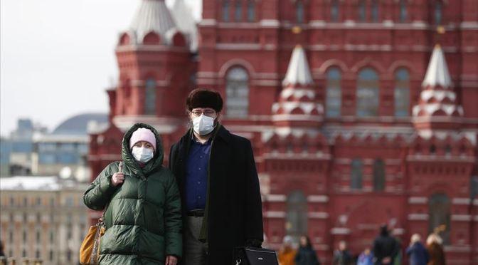 Casos de COVID-19 en Rusia aumentan casi 50% en una semana
