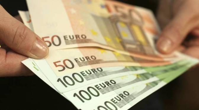 Euro sube en una amplia ruta de apuestas de divisas arriesgadas