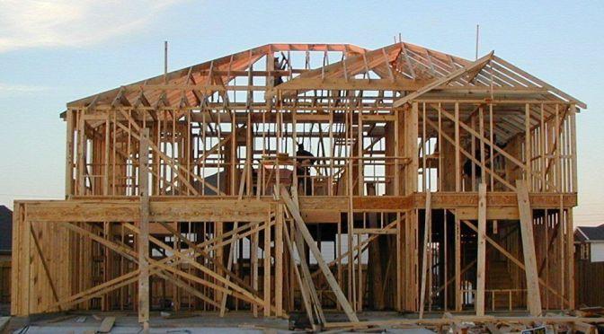 Construcción de viviendas en EU comienza a aumentar en junio, pero permisos disminuyen