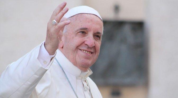 Papa Francisco hace su primera aparición después de su cirugía