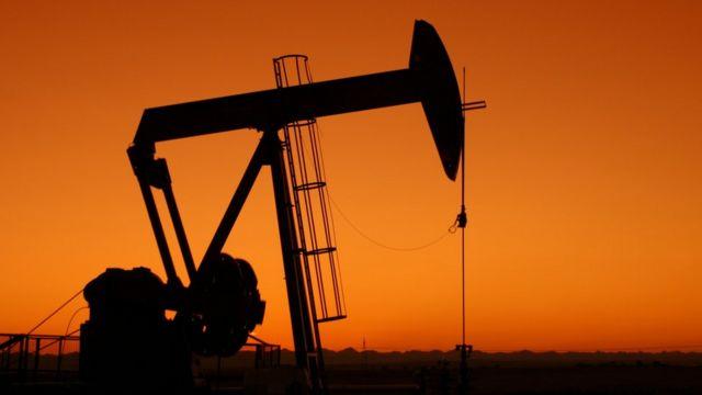 Petróleo cae en una sesión volátil
