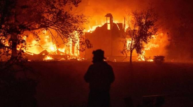 Temen que vientos aviven incendios forestales en California
