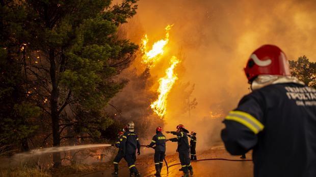 Incendios descontrolados en Grecia obligan a evacuar a miles
