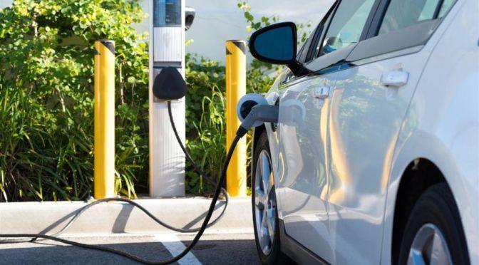 Plan de infraestructura de Biden aborda el problema de desigualdad de la carga de vehículos eléctricos