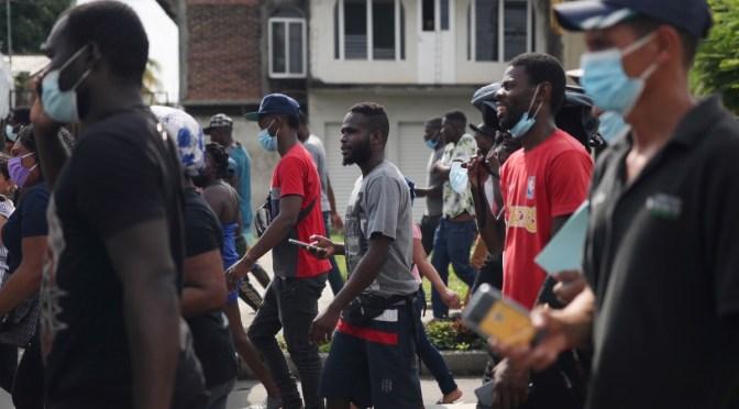 México insta a los haitianos en la frontera entre Estados Unidos y México a rendirse y dirigirse al sur