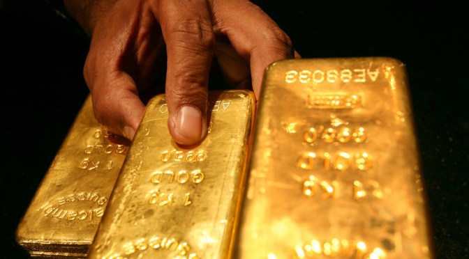 Precios del oro suben frente a un dólar débil