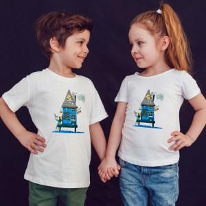 offrez à vos enfants en cadeau ce Magnifique T-shirt Enfant fille ou garçon motif le maison bleue by Abi. Il est agréable à porter, imprimé directement depuis notre atelier Français situé à Jurançon au coeur des Pyrénées, en plein Béarn 64 niché entre l'océan et la montagne. Disponible en taille 3/4 ANS, 5/6 ANS, 7/8 ANS, 9/10 ANS, 11/12 ANS. 100% coton.