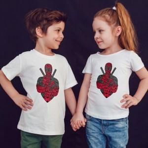 offrez en cadeau à vos enfants ce Magnifique T-shirt Enfant fille ou garçon deadpool. Il est agréable à porter, imprimé directement depuis notre atelier Français situé à Jurançon au cœur des Pyrénées, en plein Béarn 64 niché entre l'océan et la montagne. Disponible en taille 3/4 ANS, 5/6 ANS, 7/8 ANS, 9/10 ANS, 11/12 ANS. 100% coton.