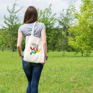 un sac tote bag en coton, pratique et écologique, illustré par Abi, représantant une des phrase les plus célèbre d' Antoine de saint exupéry, et le dessin fait main du petit prince et du renard