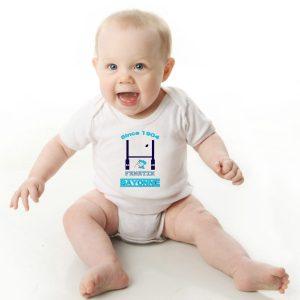 Offrez en cadeau de naissance ce magnifique body bébé garçon ou fille rugby Aviron Bayonnais agréable à porter, designer par notre infographiste et imprimé directement depuis notre atelier Français situé à Jurançon au cœur des Pyrénées, en plein Béarn 64 niché entre l'océan et la montagne.