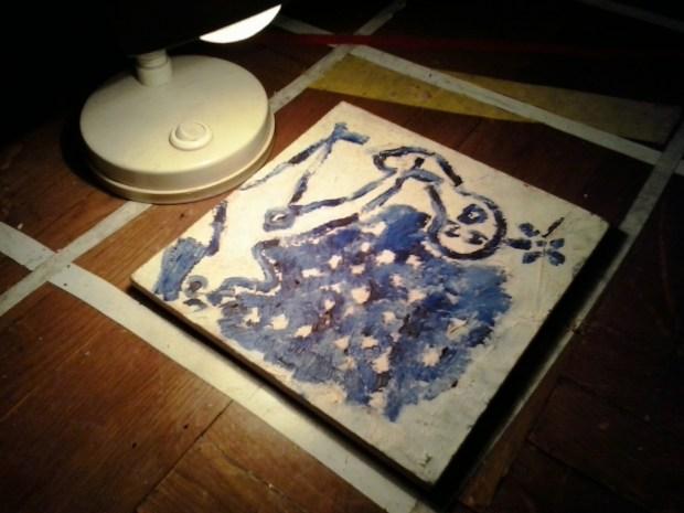 Gaul Péter festménye, kiállítótérhez illően külön megvilágítva. Az alkotó sokszor trappolt a képen az este folyamán.