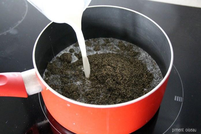 1 mélanger lait et poudre de sésame noir