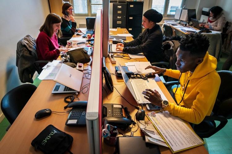 photographie de plusieurs médiateurs sociaux à leur poste de bureau