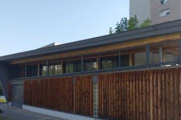 Photographie de l'espace André Gervais à Dijon dans le quartier Fontaine d'Ouche : bâtiment en bois