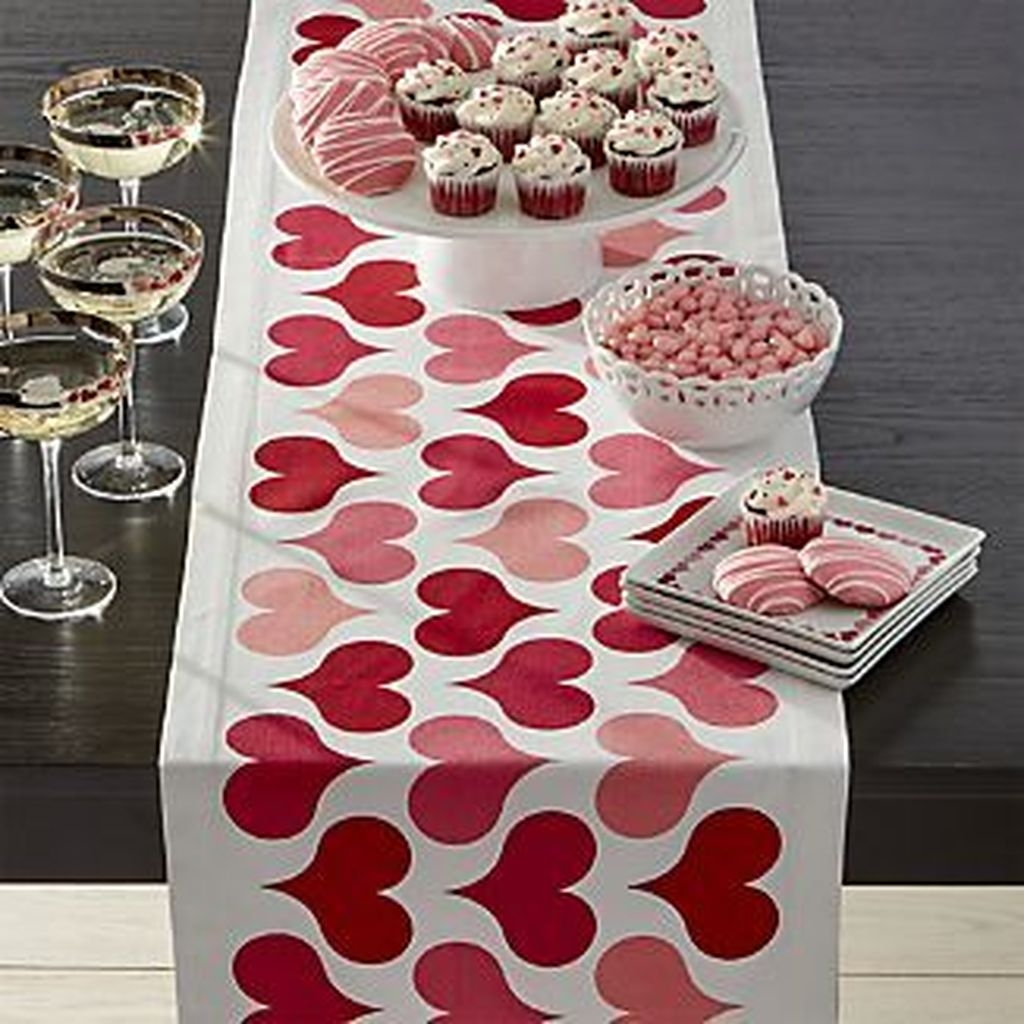 Beautiful And Romantic Valentine Dining Table Decoration Ideas 02