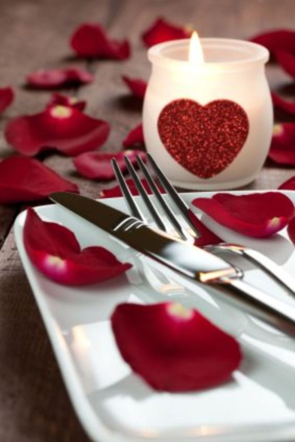 Beautiful And Romantic Valentine Dining Table Decoration Ideas 23