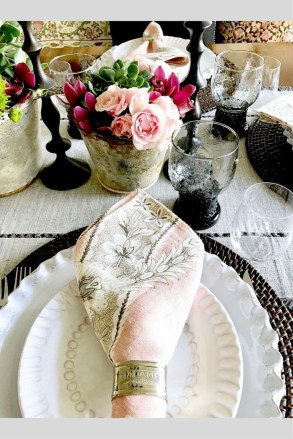 Beautiful And Romantic Valentine Dining Table Decoration Ideas 32