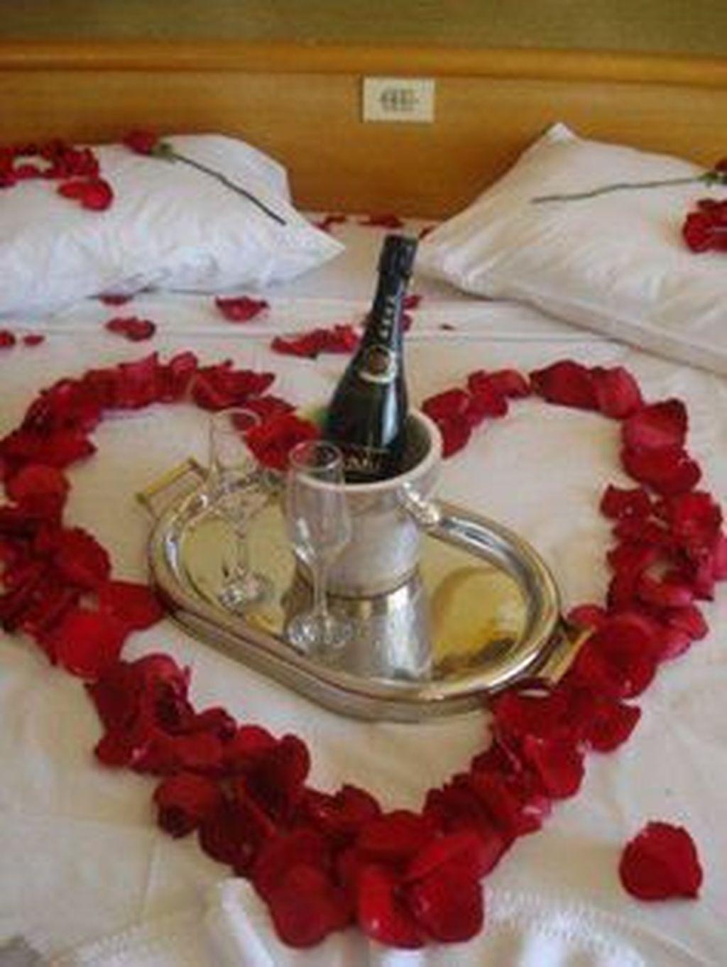 Cute And Romantic Valentine Bedroom Decor Ideas 25
