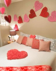 Cute And Romantic Valentine Bedroom Decor Ideas 27