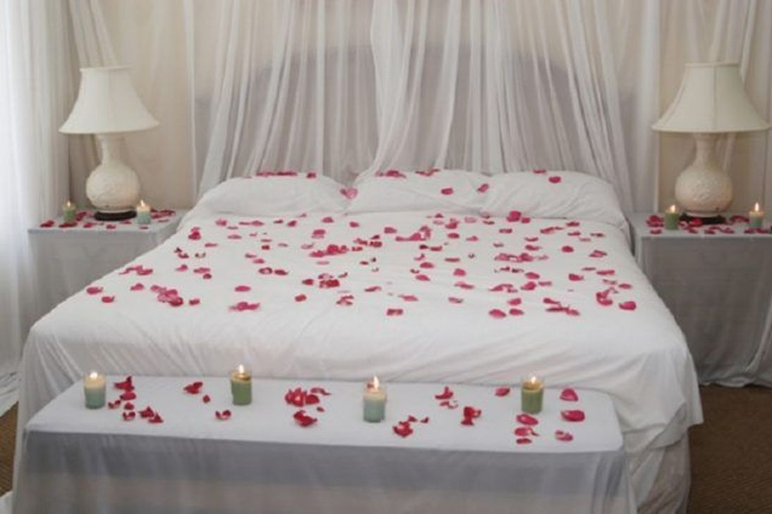 Cute And Romantic Valentine Bedroom Decor Ideas 40