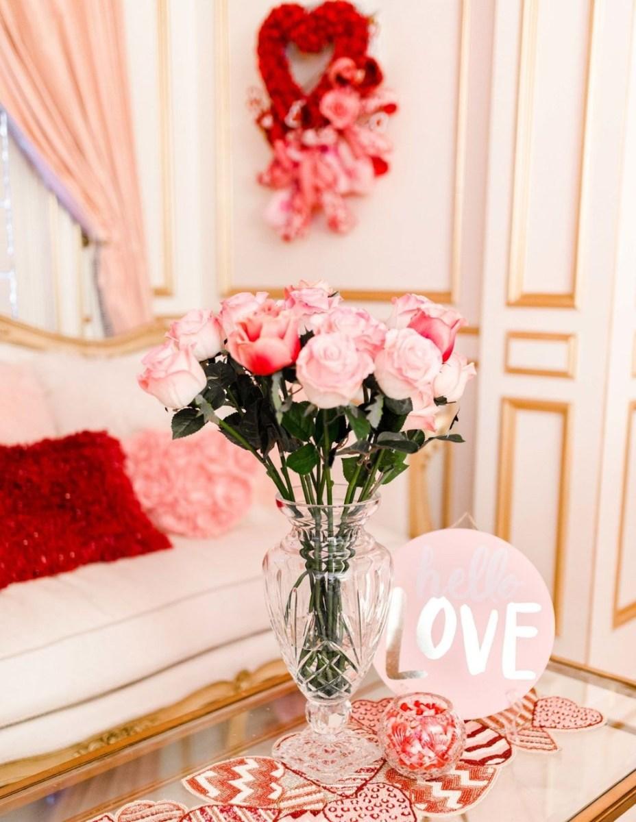Romantic Living Room Decor With Valentine Themes 02