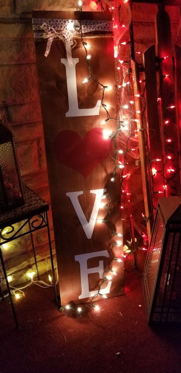 Stunning Valentines Day Front Porch Decor Ideas 22