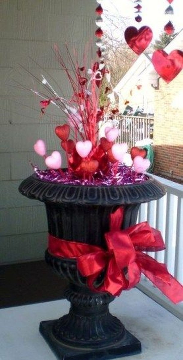 Stunning Valentines Day Front Porch Decor Ideas 39