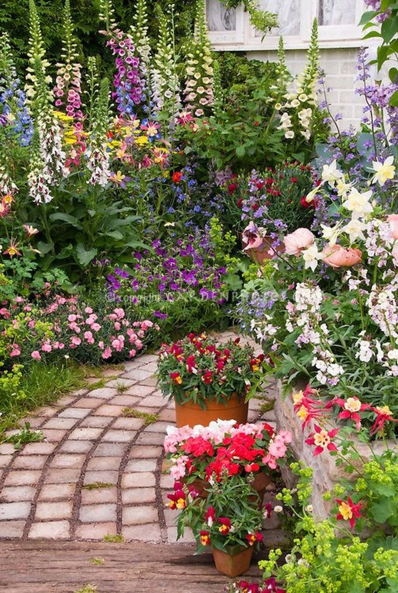 Lovely Small Flower Gardens And Plants Ideas For Your Front Yard 20