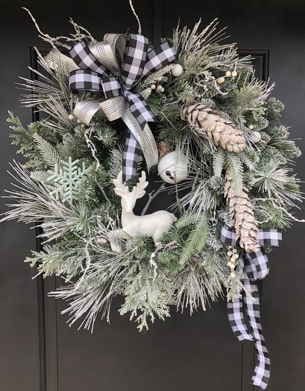 Beautiful Winter Wreaths Design Ideas 35
