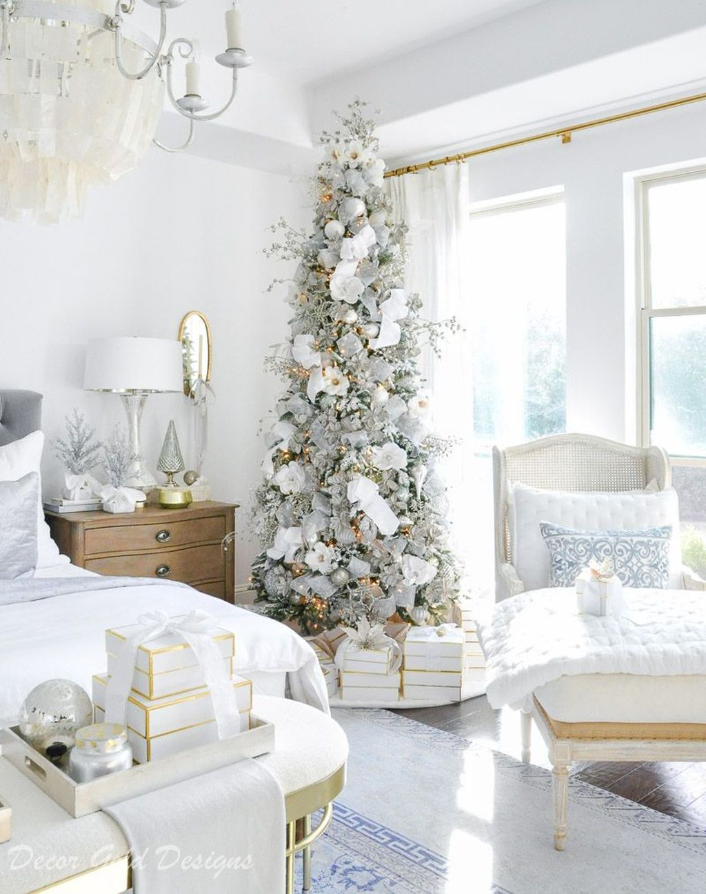Gorgeous White Christmas Bedroom Decorating Ideas 01