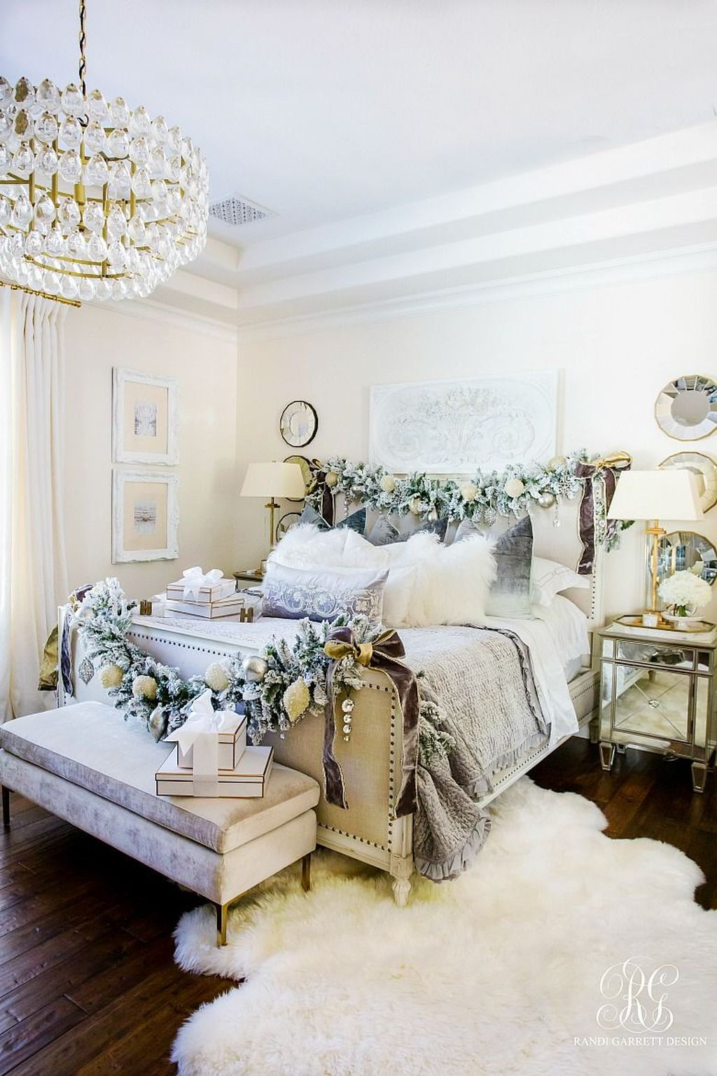 Gorgeous White Christmas Bedroom Decorating Ideas 02