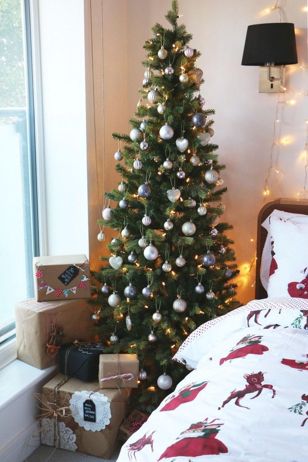 Gorgeous White Christmas Bedroom Decorating Ideas 03