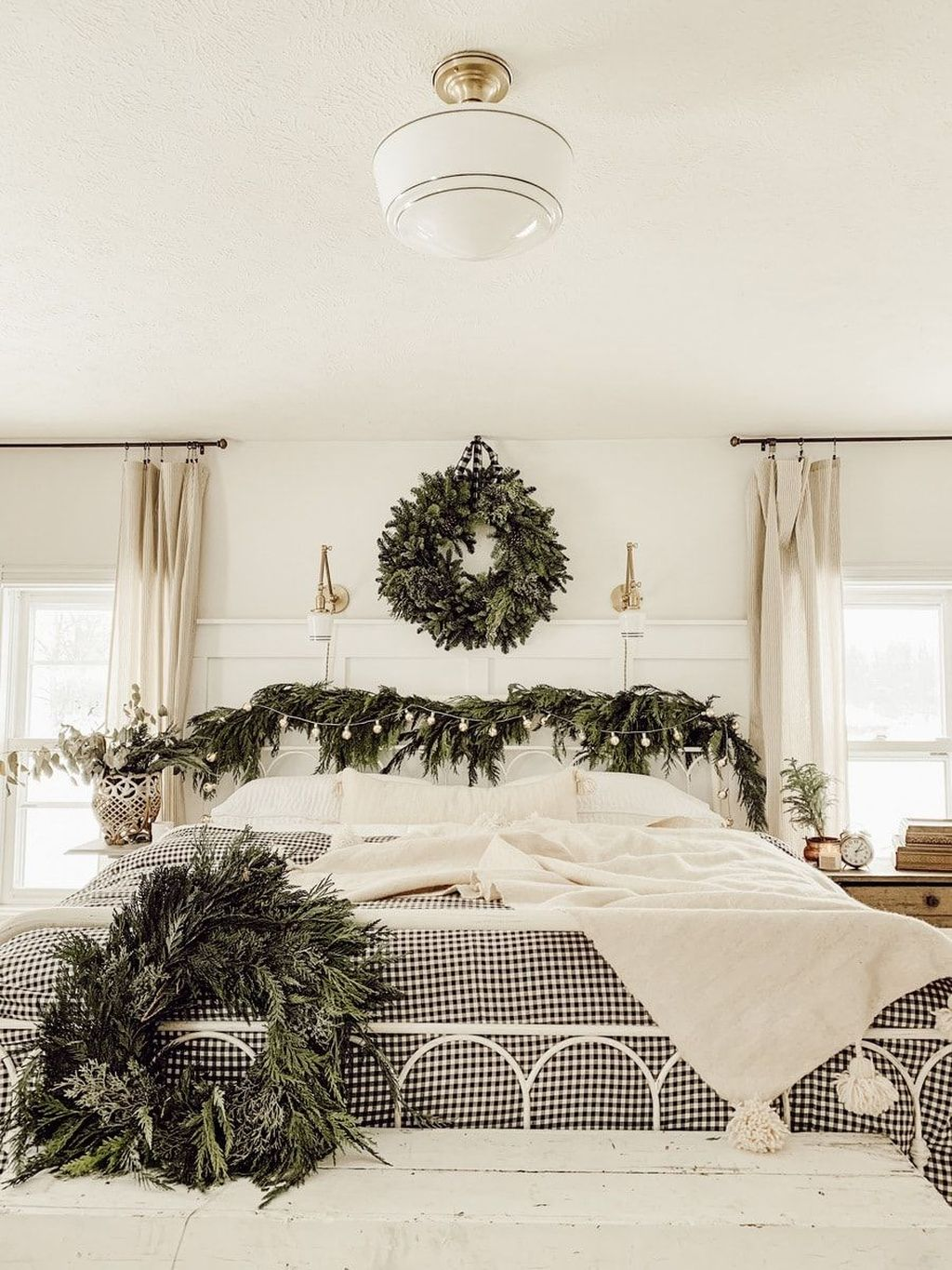 Gorgeous White Christmas Bedroom Decorating Ideas 07