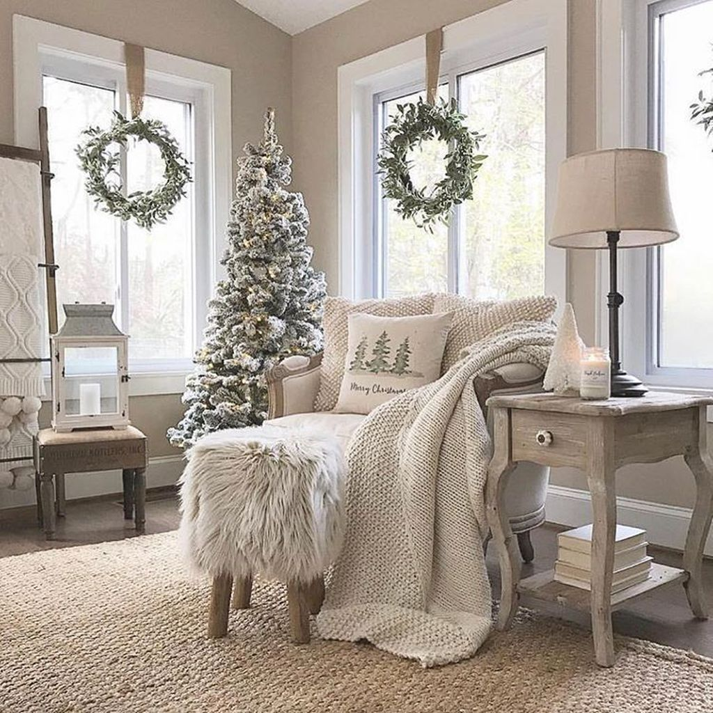 Gorgeous White Christmas Bedroom Decorating Ideas 09