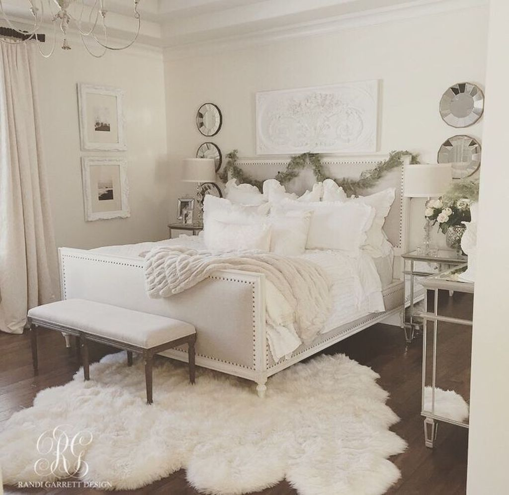 Gorgeous White Christmas Bedroom Decorating Ideas 10