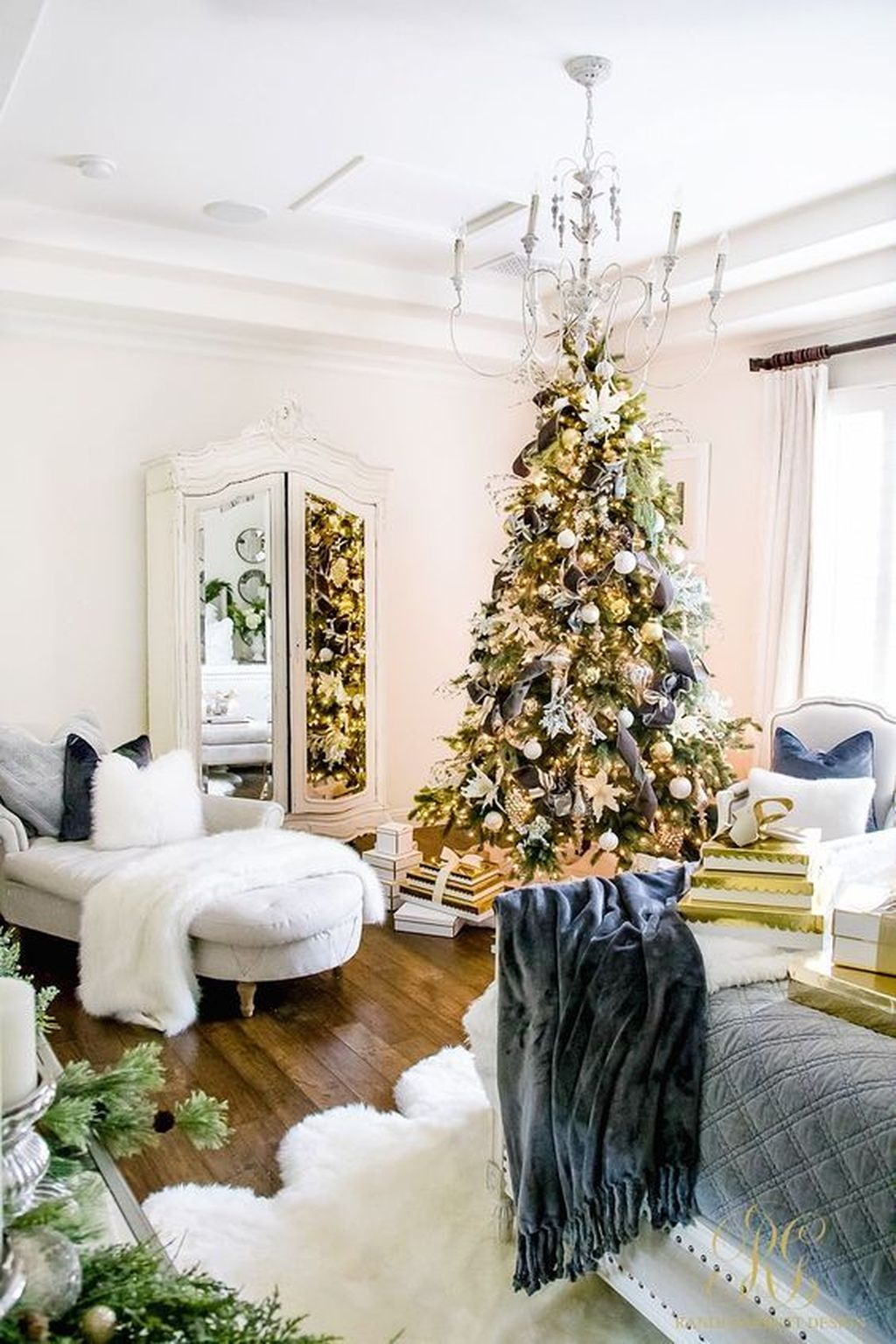 Gorgeous White Christmas Bedroom Decorating Ideas 22