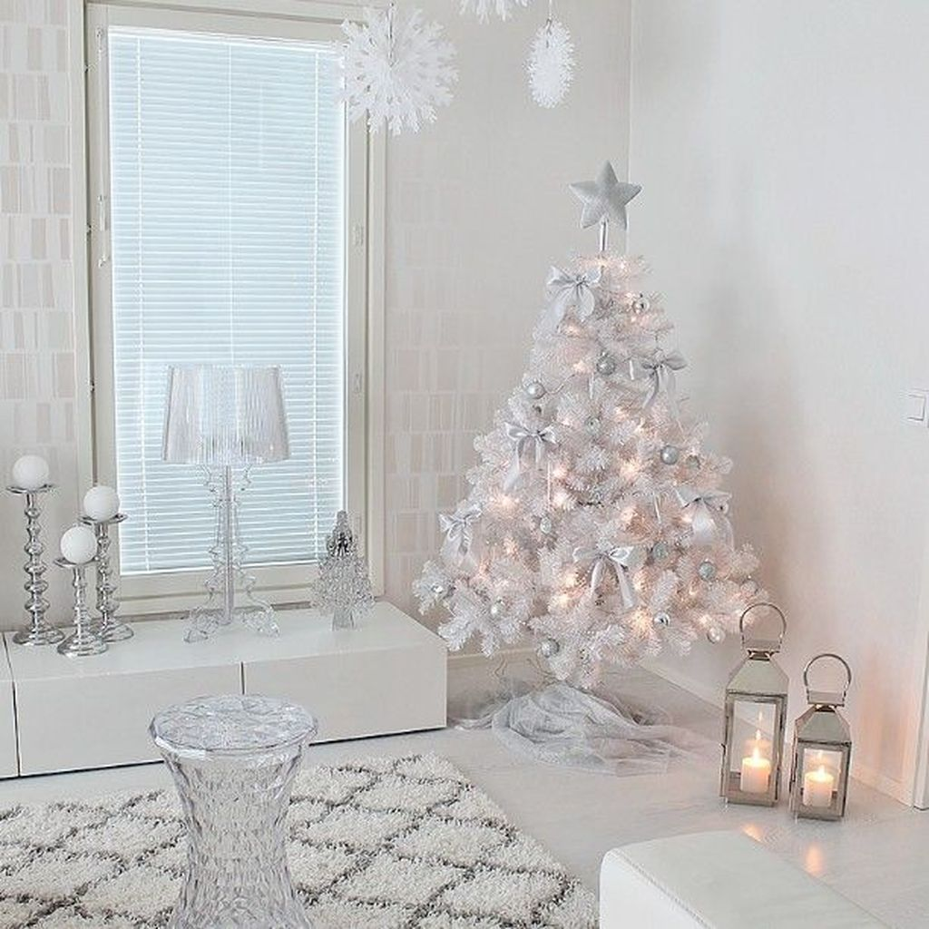 Gorgeous White Christmas Bedroom Decorating Ideas 24