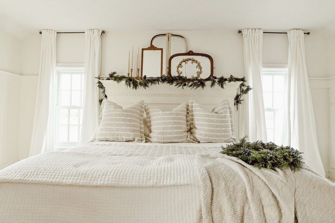Gorgeous White Christmas Bedroom Decorating Ideas 30